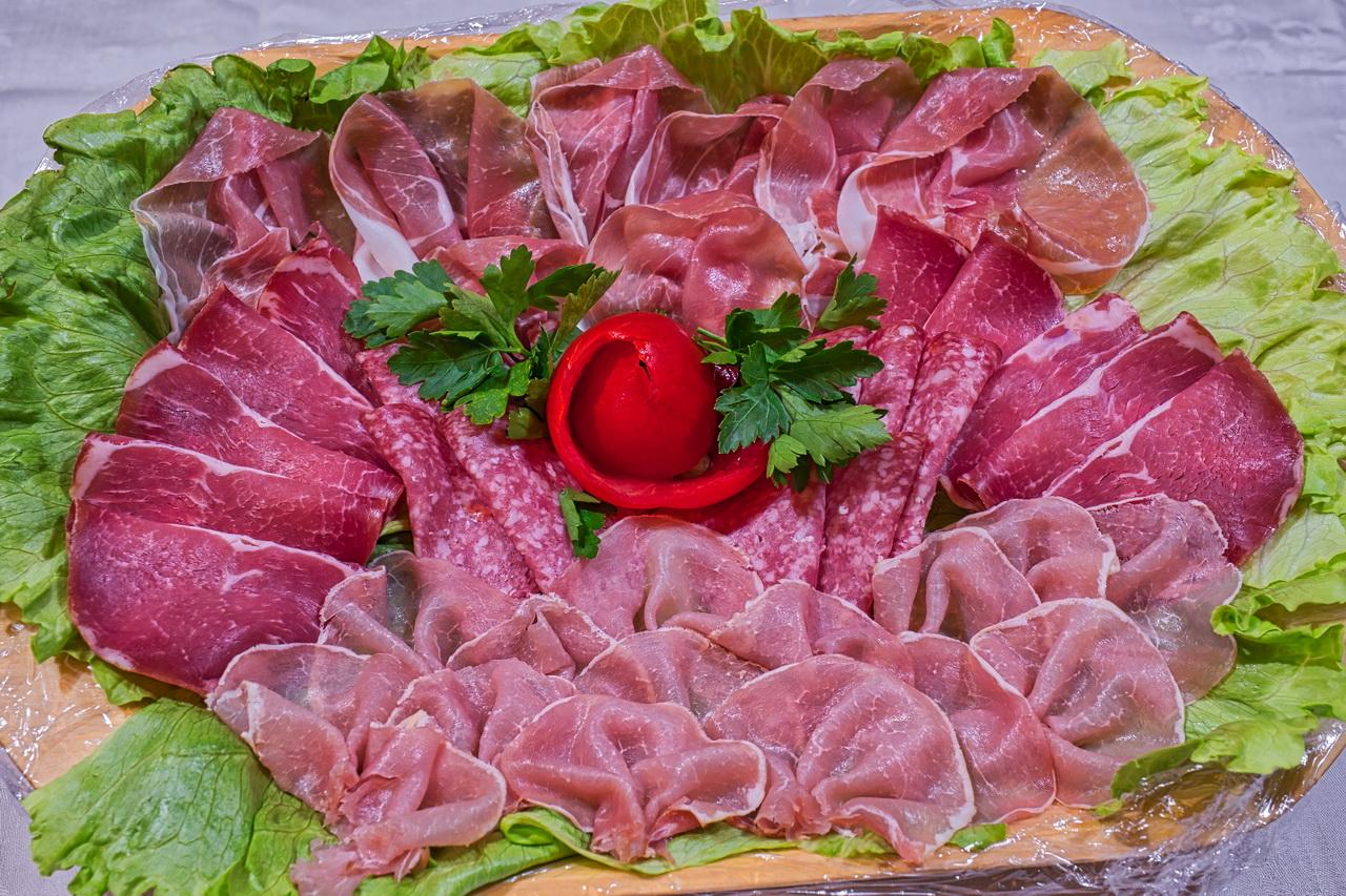 Kleine Schinkenplatte mit hausgeräuchertem Schinken und Salami