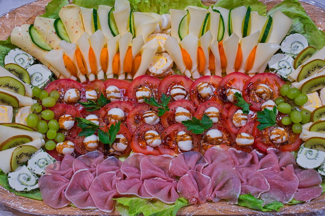 Mediterrane Käse-Schinken-Platte mit Tomate und Mozarella